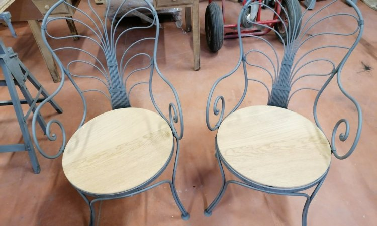 Deux fauteuils métalliques après décapage.