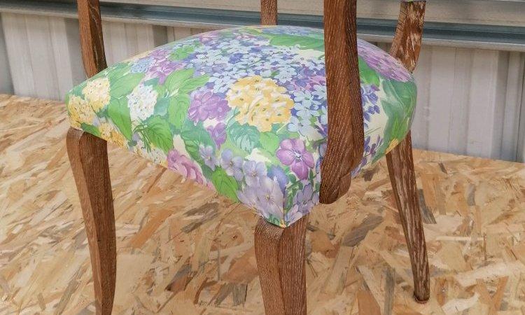 Petit fauteuil en bois avant décapage.