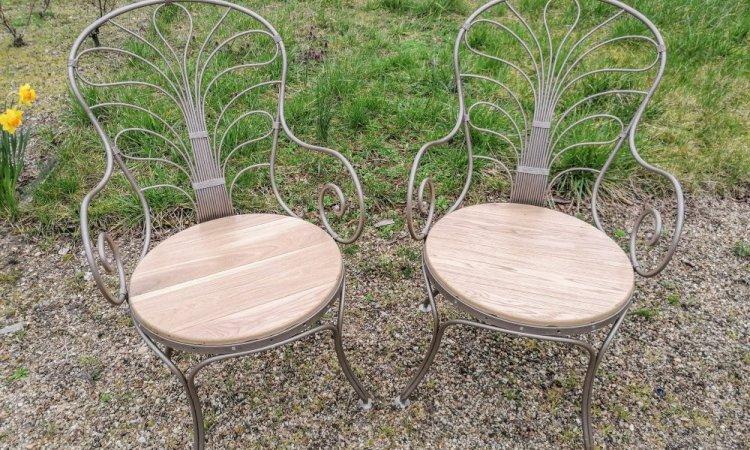 Les deux fauteuils après changement et traitement des assises en bois, et peinture sur la structure métallique.