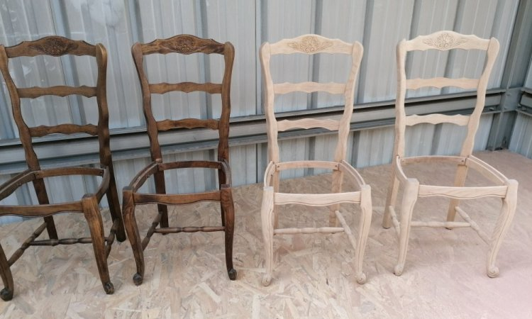 Chaises de salon en cour de décapage
