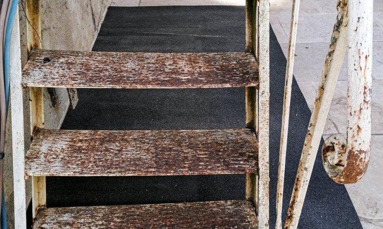 Escalier métallique avant décapage